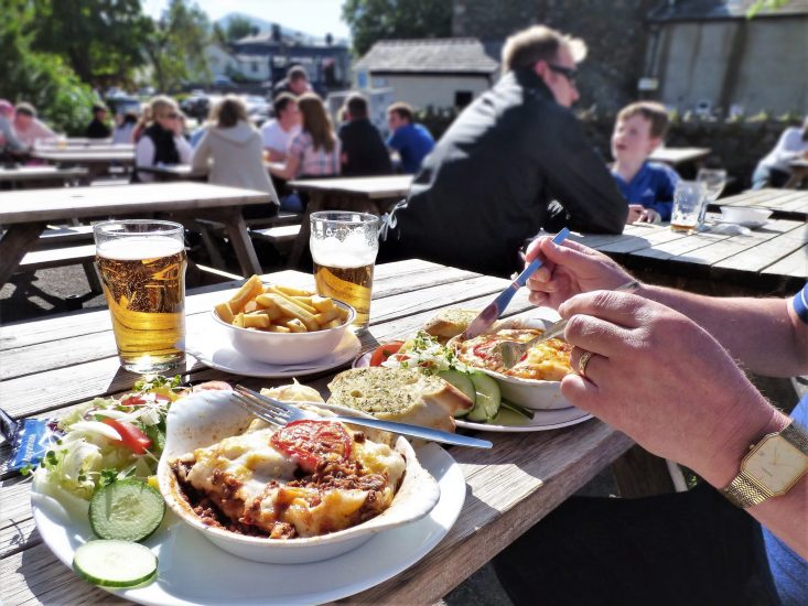 dining-outdoors-eating-a-meal-in-the-beer-garden-l-RWFAAQ4